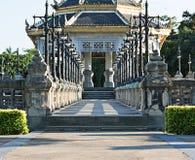 De oude brug wordt verbonden met paviljoen in park Royalty-vrije Stock Foto's