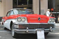 De oude Buick-Auto bij de auto toont Stock Afbeeldingen