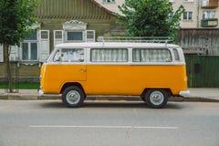 De oude bus van Volkswagen bij straat Stedelijke stadsfoto 2016 royalty-vrije stock fotografie