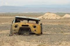 De oude cabine van de roestvrachtwagen bij de steppe Stock Foto's