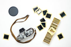 De oude camera en de dia'svlakte leggen op wit Stock Foto's
