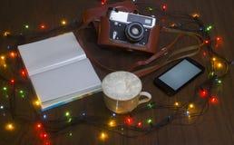 De oude camera op een lijst met de branden van het Nieuwjaar Stock Foto's