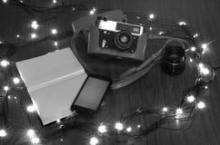 De oude camera op een lijst met de branden van het Nieuwjaar Stock Fotografie