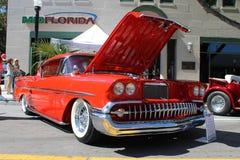 De oude Chevrolet-Impalaauto bij de auto toont Stock Foto's