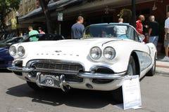 De oude Chevrolet-Korvetauto bij de auto toont Stock Afbeeldingen