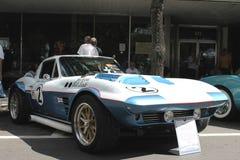 De oude Chevrolet-Korvetauto bij de auto toont Stock Foto's