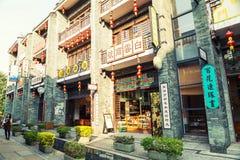 De oude Chinese traditionele bedrijfsbouw en winkels in het winkelen straat van oude stad in China Stock Afbeelding