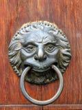 De oude close-up van het deurhandvat in Toscany, Italië. Stock Fotografie