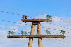 De oude concrete steun van de machtslijn met isolatie en draden tegen blauwe hemel stock foto's