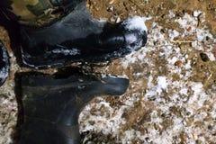De oude dakloze laarzen die naar de schuilplaats gingen van de koude warm te worden royalty-vrije stock fotografie