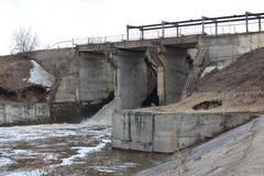 De oude dam van het Siberische dorp van verkh-Tula gaat de waterafvoerkanalen over de de lentevloed royalty-vrije stock afbeelding