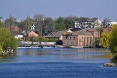 De oude dam van het steenwater over de rivier in de stad Stock Foto's