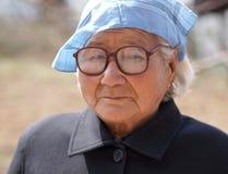 De oude dame leidt een zakdoek Stock Foto's