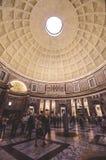 De oude de architectuurbouw van het Crowdypantheon in Rome Italië Stock Afbeeldingen