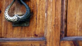 De oude deur opent stock videobeelden