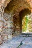 De oude deur van de baksteengang in beroemd La Alcazaba in Malag stock afbeelding