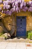 De oude deur van de plattelandshuisjeingang Stock Afbeelding