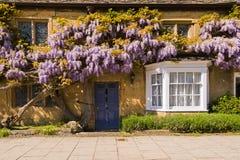 De oude deur van de plattelandshuisjeingang Stock Afbeeldingen