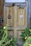 De oude deur van een verlopen huis van een vallei royalty-vrije stock afbeelding