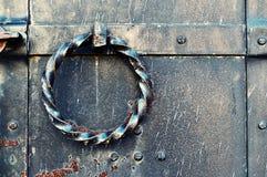 De oude deur van het grungemetaal met het verdraaide handvat van de staaldeur Uitstekende achtergrond Stock Afbeelding