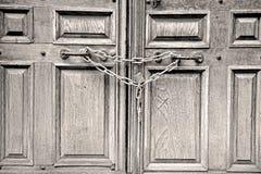 de oude deur van Londen in Engeland en scharnierend stock foto