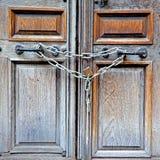 de oude deur van Londen in Engeland en scharnierend royalty-vrije stock foto