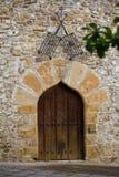De oude deur van de steen vlammende boog en twee staalgrills royalty-vrije stock fotografie