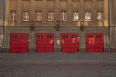 De oude deuren van de brandweerkazerneingang aan de garage stock afbeelding