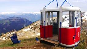 De oude die cabine van de de liftgondel van de kabelmanier in piekpanorama van Monte Baldo-berg dichtbij Malcesine in Itali? word stock footage
