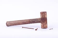 de oude die de Sleehamer en roest nagelen kopspijker op wit geïsoleerd hulpmiddel wordt gebruikt als achtergrond Stock Afbeelding