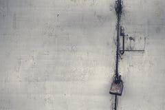 De oude die deur met een hangslot hangende steunen wordt gesloten De prijzen van de randzegel van hangslot 22 roebels 50 kopecks  stock afbeeldingen