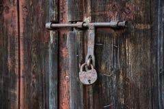 De oude die deur met een hangslot hangende steunen wordt gesloten Reeks achtergronden royalty-vrije stock afbeelding