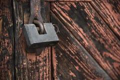 De oude die deur met een hangslot hangende steunen wordt gesloten Reeks achtergronden stock afbeeldingen