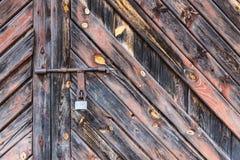 De oude die deur met een hangslot hangende steunen wordt gesloten Reeks achtergronden stock fotografie