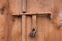 De oude die deur met een hangslot hangende steunen wordt gesloten Reeks achtergronden royalty-vrije stock foto