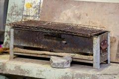 De oude die grill is roestig en plaatst op de vloer royalty-vrije stock foto's