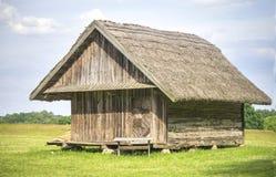 De oude die landbouwgrondbouw wordt gebruikt om de zomer te houden godies, 19de eeuw, Litouwen Stock Foto's