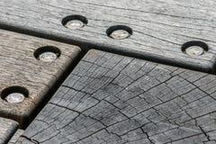 De oude die logboeken van hout met veel spleten, met screwsoldlogboeken worden verbonden van hout met veel spleten, verbonden met royalty-vrije stock afbeeldingen