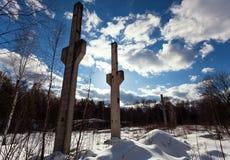 De oude die pijlers in voorstad worden gevestigd Stock Fotografie