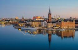 De Oude die Stad van Stockholm over bevroren water bij dageraad wordt weerspiegeld Royalty-vrije Stock Foto's