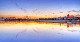 De oude die stad van Torun in Vistula-rivier bij zonsondergang wordt weerspiegeld Royalty-vrije Stock Fotografie