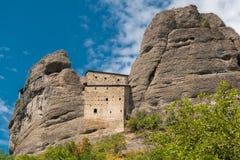 De oude die vesting riep Castello-della Pietra in de XII die eeuw wordt gebouwd en dichtbij de provincie van Vobbia wordt gevesti Stock Foto's