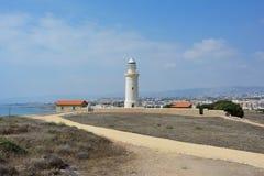 De oude die vuurtoren op de achtergrond van de stad van Paphos op het Eiland Cyprus in de Middellandse Zee wordt gevestigd stock afbeeldingen