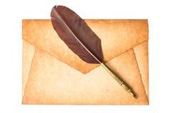 De oude die wijnoogst brandde envelopbrief met de pen van de schachtveer op een witte achtergrond wordt geïsoleerd stock afbeelding