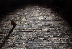 De oude donkere achtergrond van de grungebakstenen muur met licht Stock Foto