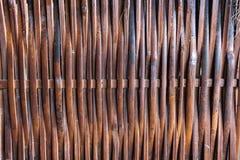 De oude donkere bruine rieten achtergrond van de muurtextuur ambachtsbackdro Stock Foto's