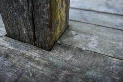 De oude donkere houten houten planken van het textuur natuurlijke patroon Stock Foto's