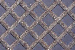 De oude donkere textuur van het metaalmangat met vierkant patroon, macro, selectieve nadruk als achtergrond Royalty-vrije Stock Foto's