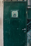 De oude Donkergroene smaragdgroene deur van het metaalvuil met sleutelgat en roestige metaallockas een mooie uitstekende achtergr Stock Fotografie