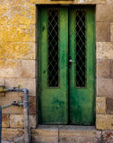 De oude Donkergroene smaragdgroene deur van het metaalvuil met sleutelgat en roestige metaallockas een mooie uitstekende achtergr Stock Foto's